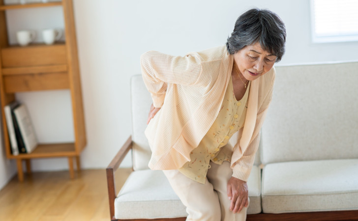 腰痛がひどい女性