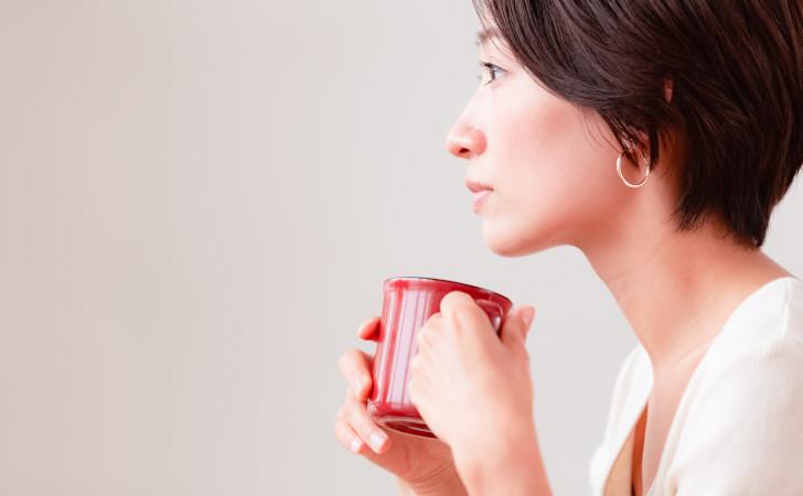 赤いマグカップを持った女性