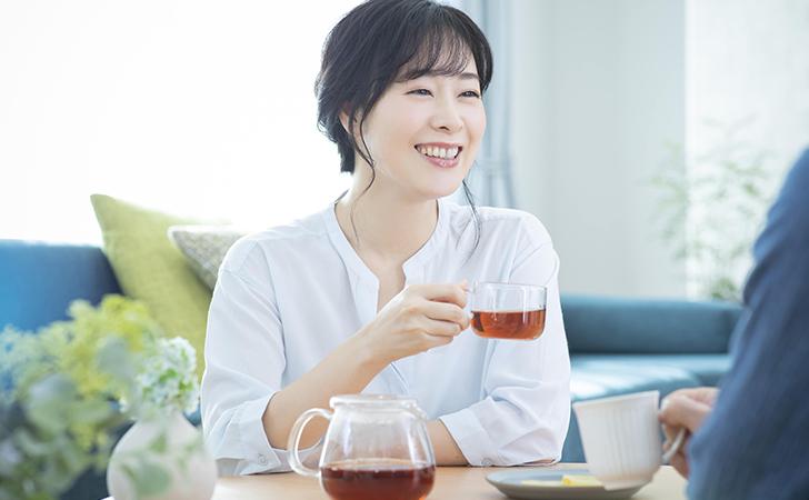 漢方を飲む女性