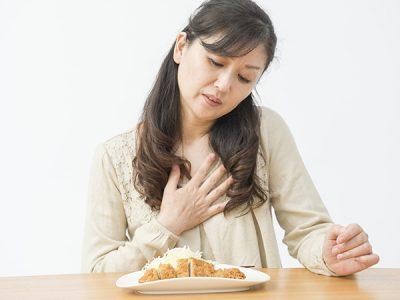 胃もたれしている女性